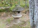 手水鉢脇の石灯籠